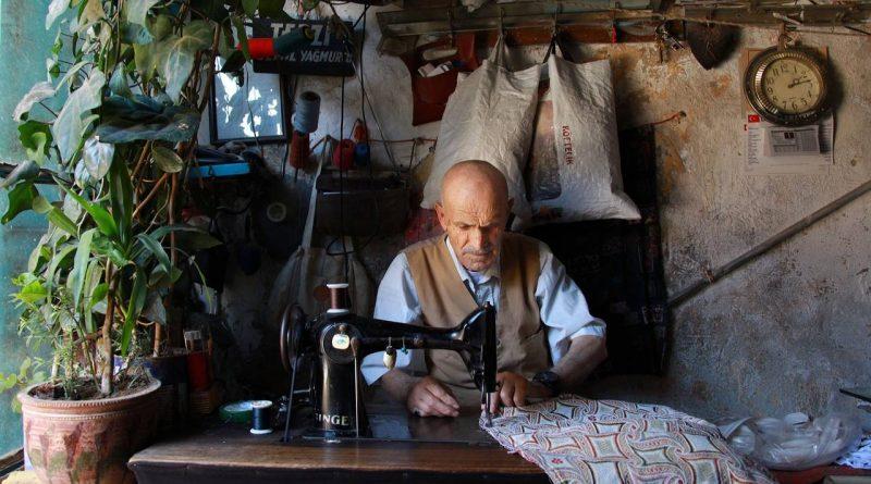 Turecki krawiec szyje ubrania
